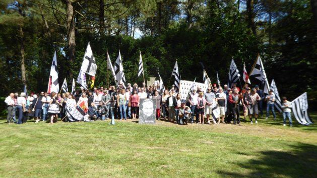 Vue des participants en fin de commémoration de Saint-Aubin du Cormier.